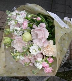 淡い色の花束