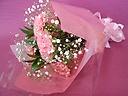 ピンクのカーネーションとかすみ草の花束