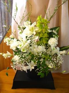 ホワイト献花台付アレンジメント