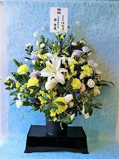 お供えのアレンジメント「白+淡い色」(供花台付き)