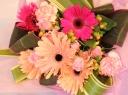 ガーベラと葉物の花束