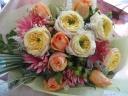 やさしい色合いの落ち着いた花束