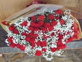 超豪華!!真っ赤なバラとカスミソウの花束
