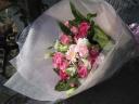 ピンクのバラと季節のお花の花束
