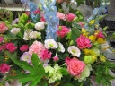 ピンクのバラと季節のお花のアレンジ
