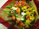 オレンジバラと季節のお花の花束