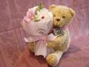 花束を抱えた くまちゃん