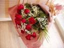 愛の告白に赤バラの花束