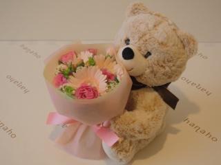 クマの「マックス」と優しいピンクのブーケ