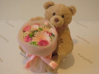 花束を抱えたくまちゃん・優しいピンクブーケ