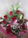 豪華に赤バラ、オリエンタル系ユリ花束
