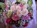 バラと季節の花のラウンド花束