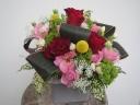 陶器コンポートの赤ばらと季節の花