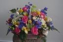 チキンバスケットのバラと季節の花のアレンジ4000