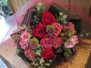 バラとカーネーションのラウンド花束