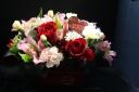 ブリキバスケットの赤バラと季節の花のお任せアレンジ