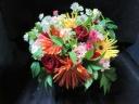 ガーベラと赤バラの季節の花のアレンジ4000