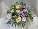 ブリキバスケットのバラと季節の花のアレンジメント
