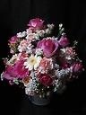 大輪バラと季節の花のアレンジメント