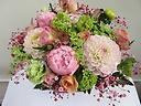 シャクヤクと季節の花ピンク、グリーン色アレンジ
