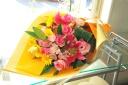 ピンクとイエローの華やか花束