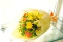黄色とオレンジの元気が出る花束