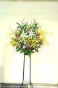 ユリが入った華やかな生花スタンド