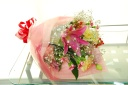 ユリが入ったボリュームのある花束