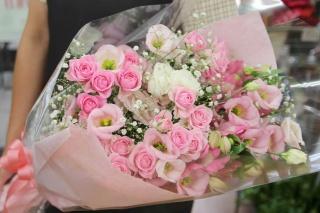 ミニバラとトルコキキョウのピンク色花束