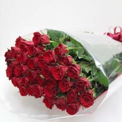 一度は貰いたい豪華な赤いバラの花束