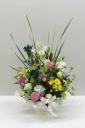 季節のお花を入れたお供えのアレンジメント