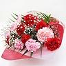赤とピンクの大輪カーネーションの花束
