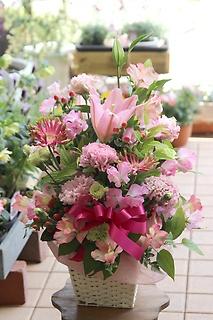 ピンクユリの華やかなアレンジメント