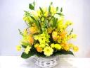春のお花を入れた華やかなアレンジメント