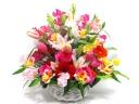 春の花材を入れたカラフルなアレンジメント