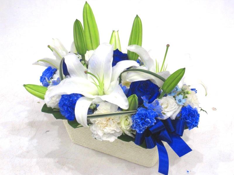 【オリジナル染色】青いバラと白ユリの爽やかアレンジ