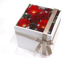 【冬の贈り物】赤いバラを入れたモダンアレンジメント
