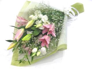 ピンクユリと白系のお花を入れたメモリアル花束