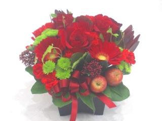 赤いバラを入れた可愛いらしいアレンジメント