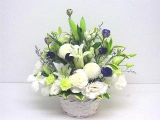 【供花】ユリを入れた白系中心の上品なアレンジメント