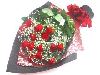 【男のキメ花】赤いバラとかすみ草のカッコイイ花束