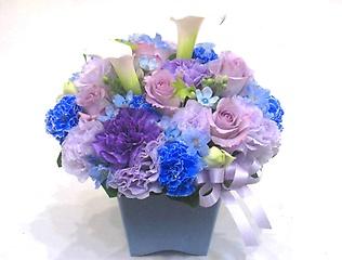 高級感のある青紫系のアレンジメント