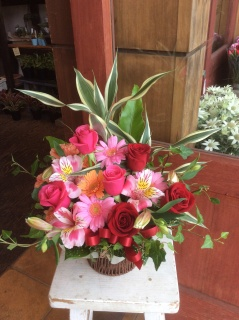 赤とピンクの華やかアレンジメント