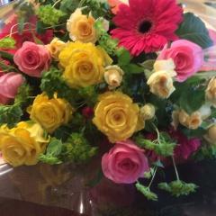 ピンクと黄色のボリューム花束