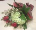 赤バラとアジサイの花束