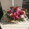 赤いバラとピンクのガーベラのアレンジメント