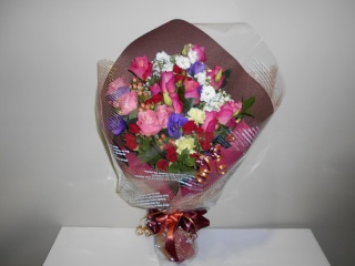 色んなお花の入った大きな花束