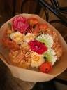 当店イチオシの八重咲ガーベラの入った花束(OR系)