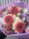 ピンク&白のめずらしいガーベラ入り花束