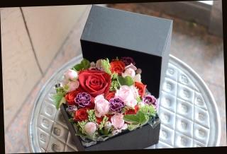 赤バラと季節の花で ボックスアレンジメント 358